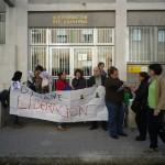 Fotografías y recorte de prensa de la concentración por la libertad de Ousmane Lam