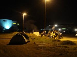 Fotografía de las personas en huelga en la entrada de la fábrica ABB